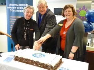 Jill, Mayor, Tania cutting cake